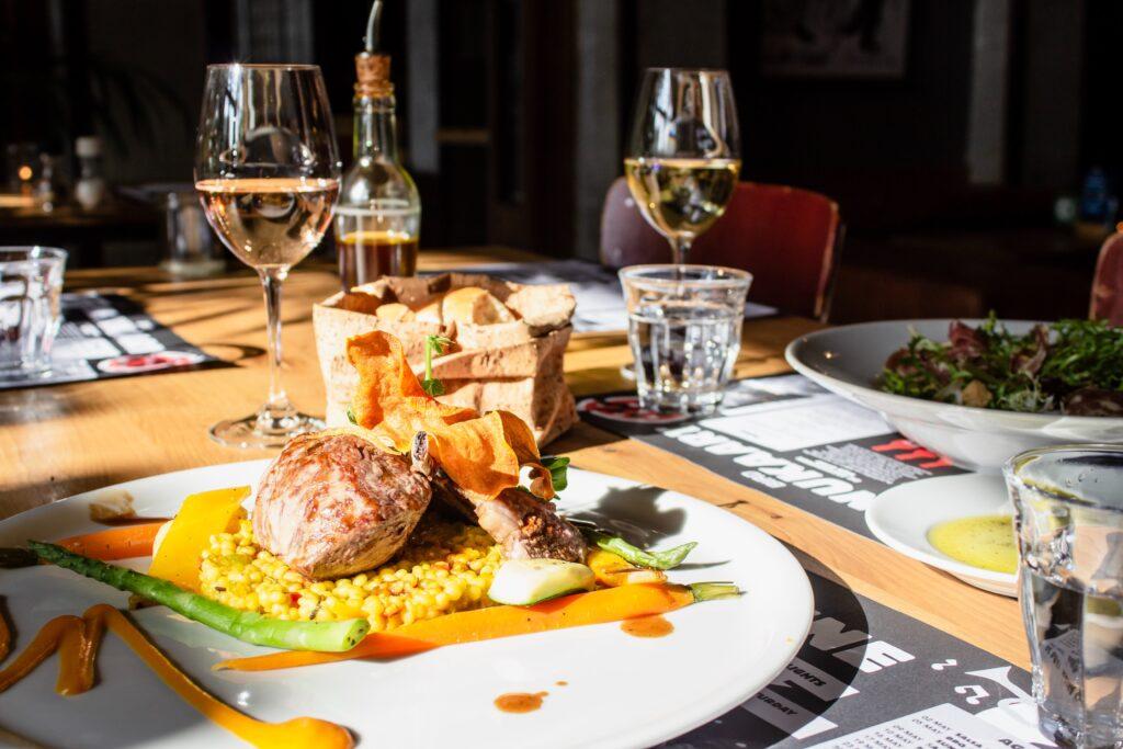 Het Gezinsleven - lifestyle - koken & recepten - De juiste wijn bij jouw gerecht - witte wijn geserveerd met eten