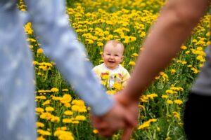 Het Gezinsleven - Moeder & kind - Kinderen 1-4 jaar - 10 dingen die we van onze kinderen kunnen leren - gezin in een bloemenweide