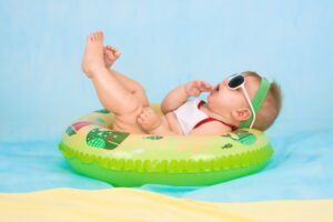 Het Gezinsleven - Moeder & kind - zwangerschap - Hoe bereken je jouw uitgerekende datum? - baby in zwembad