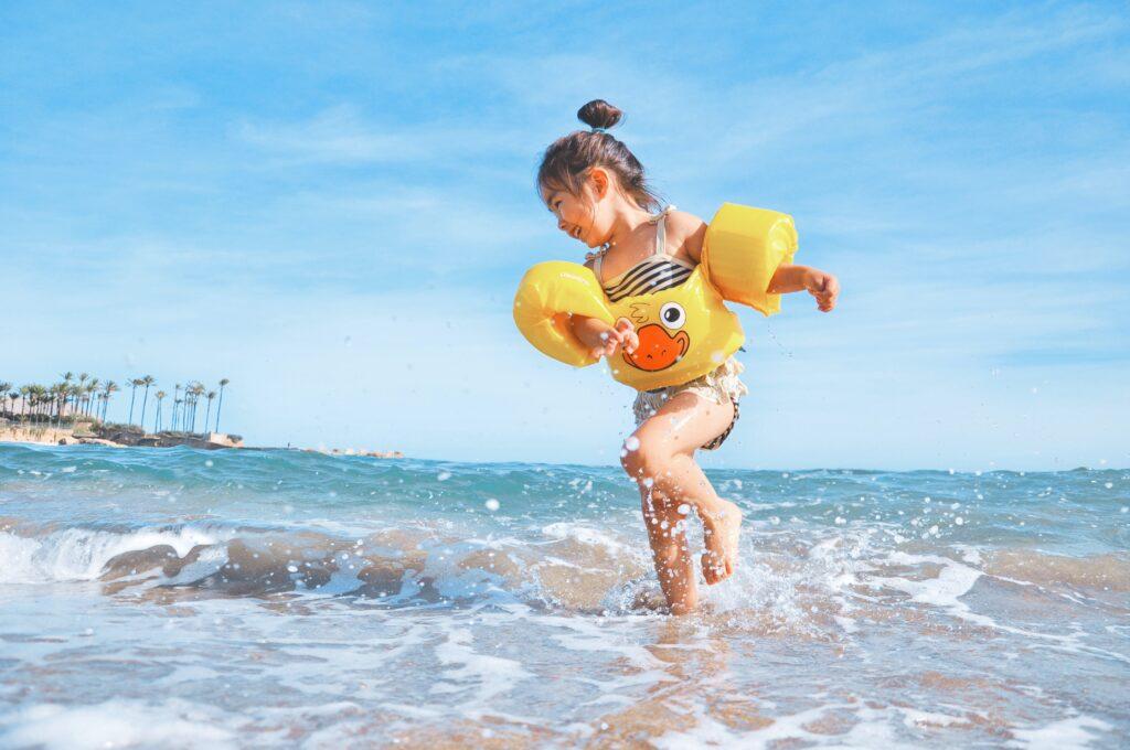 Het Gezinsleven - Moeder & kind - Kinderen 4-12 jaar - De ideale leeftijd voor zwemles en 3 tips! - waterpret aan zee