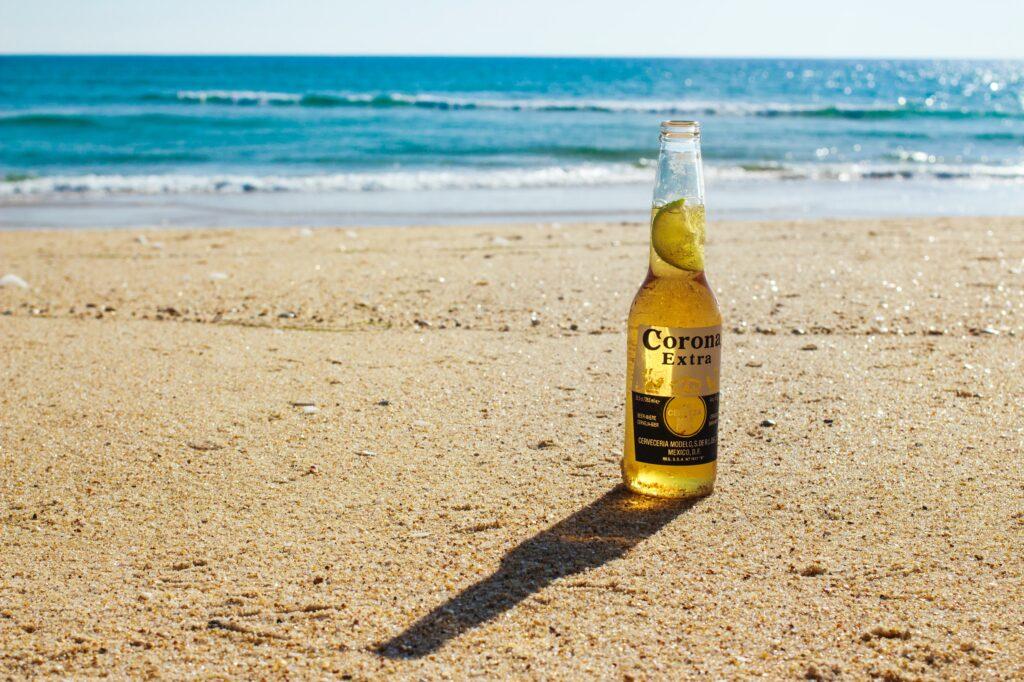 Het Gezinsleven - Moeder & kind - Moeders - De positieve gevolgen van de corona pandemie - Corona biertje op het strand
