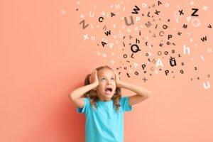 Het Gezinsleven - Moeder & kind - Kinderen 4-12 jaar - De signalen van dyslexie - gestrest meisje met heel veel letters om zich heen