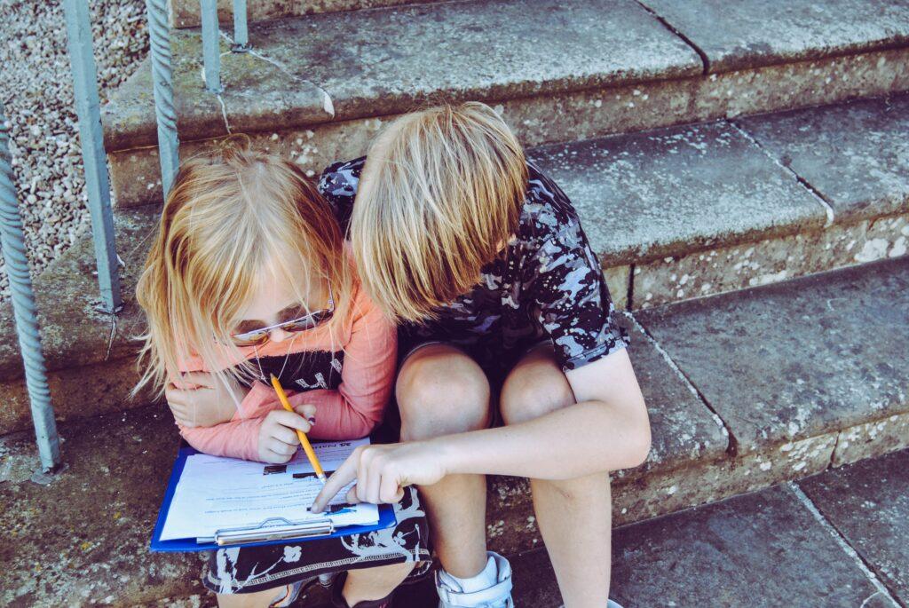 Het Gezinsleven - Moeder & kind - Moeders - Hulp vragen - Kinderen helpen elkaar met huiswerk