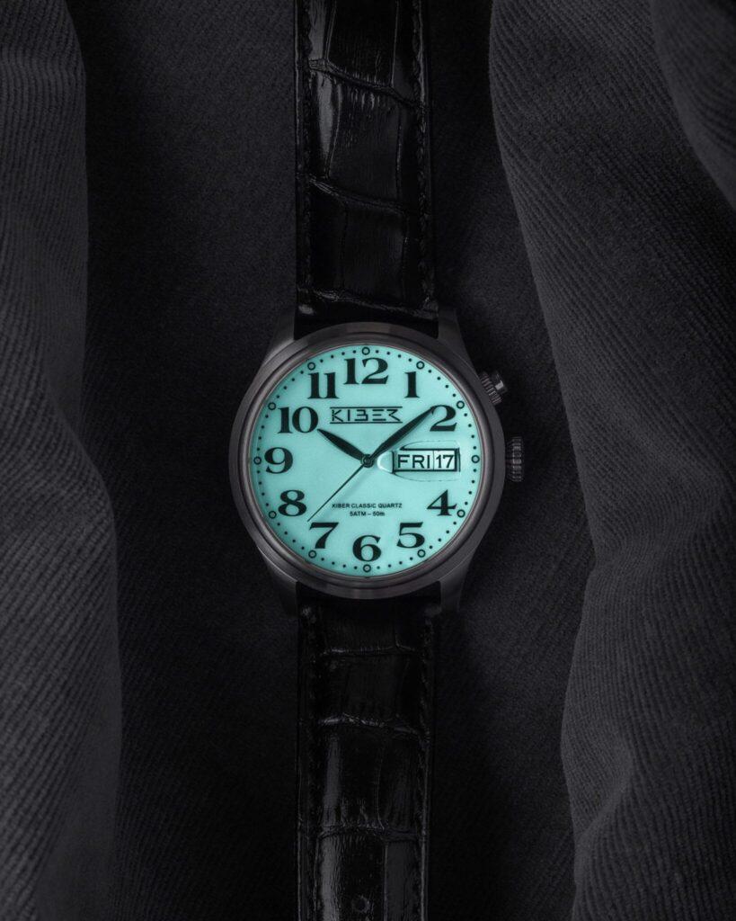 Kiber Iluma horloge met grote cijfers en lichtgevende achtergrond