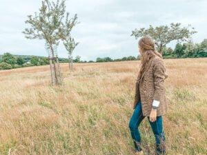 Het Gezinsleven - Uitstapjes - Natuur - Ontdek de mooiste plekken in de natuur in Limburg - Meisje kijkt uit over het gras