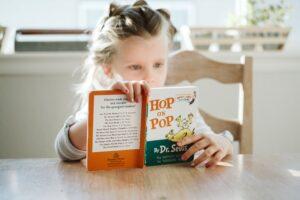 Het Gezinsleven - Moeder & kind - Kinderen 4-12 jaar - TOS, een onbekende taalontwikkelingstoornis - meisjes leest een boekje